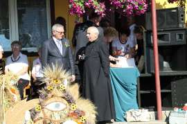 Dożynki Gminne Święcia 2011: Zdjęcie przedstawia Burmistrza Rychwała z księdzem