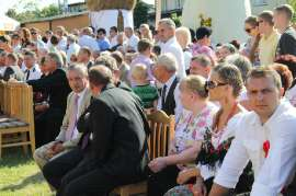 Dożynki Gminne Święcia 2011: Zdjęcie przedstawia siedzących ludzi na widowni