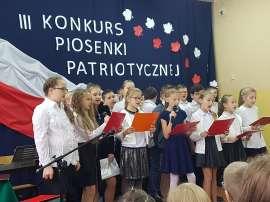 Konkurs piosenki w Grochowach_4:zdjęcie przedstawia: grupę dzieci