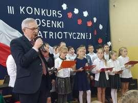 Konkurs piosenki w Grochowach_5:zdjęcie przedstawia: mężczyznę a za nim grupę dzieci