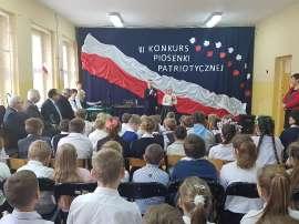 Konkurs piosenki w Grochowach_6:zdjęcie przedstawia: publiczność oglądającą występ dwóch osób
