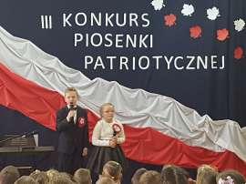 Konkurs piosenki w Grochowach_7:zdjącie przedstawia:dwoje dzieci z mikrofonami