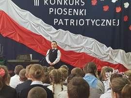 Konkurs piosenki w Grochowach_8:zdjęcie przedstawia: chłopca przed mikrofonem