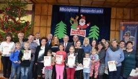 Mikołajkowe niespodzianki: Zdjęcie grupowe dzieci i dorosłych