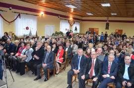 Mikołajkowe niespodzianki: Zdjęcie przedstawia siedzących ludzi na widowni