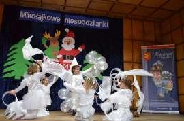 Mikołajkowe niespodzianki: Zdjęcie przedstawia wystepujace dzieci w przebraniach na scenie