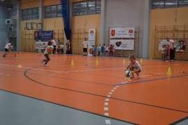 Olimpiada: Zdjecie przedstawia dzieci z piłką