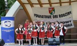 Powiatowe Dni Rodziny 2016- relacja zdjęcie przedstawia: grupę dzieci stojących na scenie