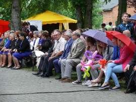Powiatowe Dni Rodziny 2016- relacja_4 zdjęcie przedstawia:grupę ludzi siedzących na ławkach
