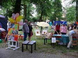 Powiatowe Dni Rodziny 2016- relacja_7 zdjęcie przedstawia: stanowsko promocyjne w tle kilka osób