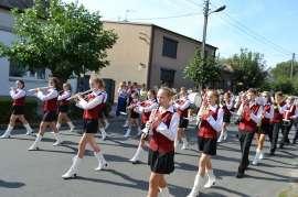 Przedszkolaki_2: Zdjęcie przedstawia dzieci ubrane na biało-czerwono-czarno z fletami w rękach.
