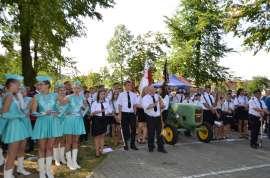 Przedszkolaki_4: Zdjęcie przedstawia grupę osób stojącą przy traktorze.