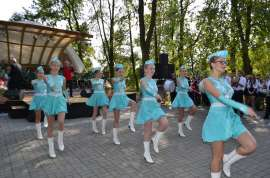 Przedszkolaki_7: Zdjęcie przedstawia siedem dziewczyn z podniesioną prawą ręką i lewą nogą.