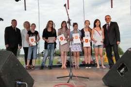 Rychwalia 2012: Zdjęcie przedstawia sześć dziewczyn z dyplomami w dłoniach oraz trzech przedstawicieli imprezy.
