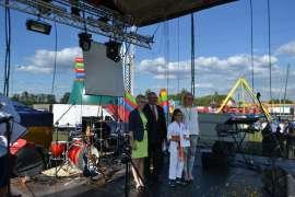rychwalia 2016 - relacja_3 zdjęcie przedstawia trzy osoby dorosłe oraz dziewczynkę stojące na scenie