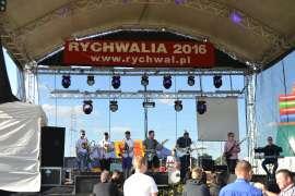 rychwalia 2016 - relacja_4 Zdjecie przedstawia zespół muzyczny występujący na scenie
