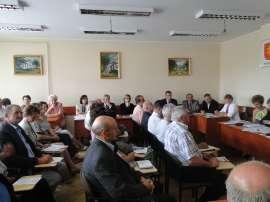 Sesja absolutoryjna: Zdjęcie przedstawia siedzących Radnych na sesji