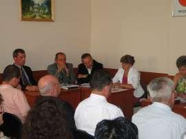 Sesja absolutoryjna: Zdjęcie przedstawia Radnych siedzących przy biurkach.