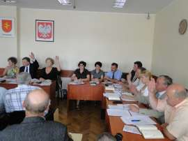 Sesja absolutoryjna: Zdjęcie przedstawia ludzi z rękoma w górze.