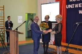 UTW Rychwał: zdjęcie przedstawia jednego mężczyznę i dwie kobiety