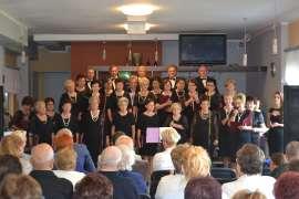 UTW Rychwał: zdjęcie przedstawia grupe ludzi śpiewających