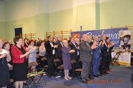 UTW Rychwał: zdjęcie przedstawia grupę ludzi którzy klaszczą