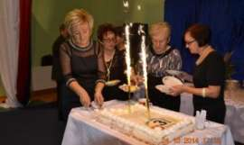 UTW Rychwał: zdjęcie przedstawia cztery kobiety krojące tort