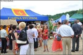 Wilczyn Ruszenie Powiatu: Zdjęcie przedstawia grupę ludzi przed stoiskiem Gminy Rychwał.