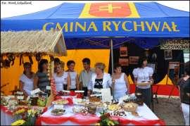 Wilczyn Ruszenie Powiatu: Zdjęcie przedstawia grupę ludzi wraz z przygotowanymi wypiekami na stoisku Gminy Rychwał.