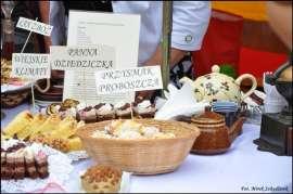 Wilczyn Ruszenie Powiatu: Zdjęcie przedstawia stół na którym stoją wypieki.