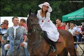 Wilczyn Ruszenie Powiatu 2011: Zdjęcie przedstawia kobietę na koniu.