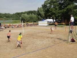 Wilczyn Ruszenie Powiatu: Zdjęcie przedstawia ludzi grających w plażową piłkę siatkową..