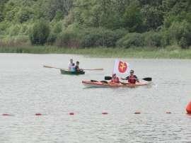 Wilczyn Ruszenie Powiatu: Zdjęcie przedstawia ludzi na kajaku i łódce płynących po jeziorze.
