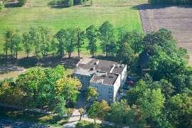Z lotu ptaka: Zdjęcia przedstawia budynek Szkoły Podstawowej w Białej Panieńskiej widziany z wysokości.