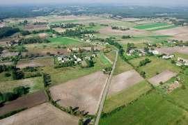 Z lotu ptaka: Zdjęcia przedstawia pola i zabudowania widziane z wysokości.