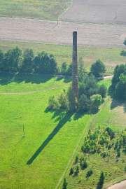Z lotu ptaka: Zdjęcia przedstawia komin widziane z wysokości.